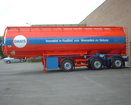 Pneumatic tanker for animal feed  - with steering axles - Belgium